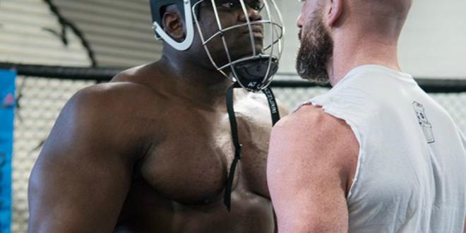 Culturist de 130kg se bate cu un luptator  normal  de MMA. Cum se termina meciul... repede :) VIDEO