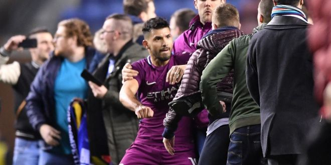VIDEO! Aguero se apara dupa ce s-a luat la bataie cu un suporter! Ce s-a intamplat pe teren: atacantul lui Man City risca sa fie suspendat