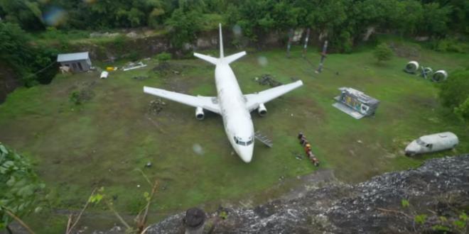 Avion misterios, abandonat pe un camp din Bali. Nimeni nu stie cum a ajuns acolo