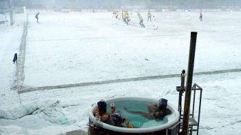 Imaginea zilei: COD ROSU de distractie! Danezii nu au amanat meciurile, le-au urmarit in jacuzzi! FOTO