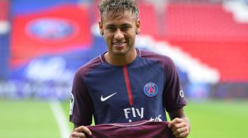 Neymar isi revine dupa accidentarea de saptamana trecuta si se recupereaza alaturi de iubita lui in Brazilia