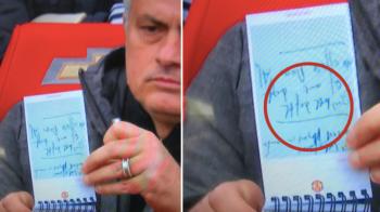 Mourinho, geniul neinteles :)) Notitele lui Mourinho la meciul cu Liverpool, chiar inaintea golului lui Rashford, s-au viralizat! Toata lumea se intreaba ce a scris