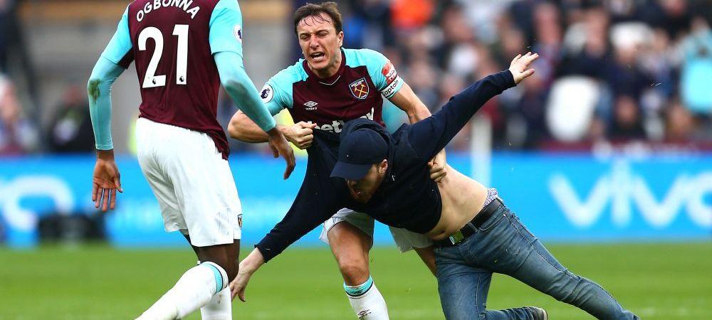 Scene absolut nebune la West Ham - Burnley! Suparati pe infrangere, suporterii au facut scandal pe teren! Capitanul lui West Ham l-a placat pe unul dintre ei