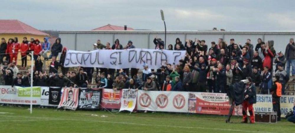 "FOTO   Protest dur in Liga 2! Suporterii au luat foc cand au vazut cine sta pe banca: ""Ce cauta bufonul asta in libertate?"""