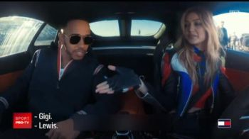 Lewis Hamilton, condus pe circuit de una din cele mai frumoase femei din lume! VIDEO