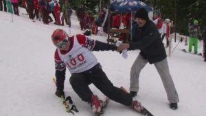 """""""Nu am timp bun ca m-am bosorogit!"""" Un batran de 81 de ani a impresionat pe toata lumea la schi! VIDEO"""
