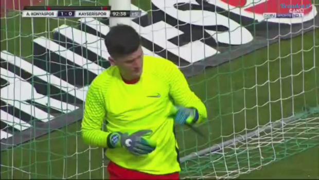 Scene incredibile la meciul lui Sumudica din Turcia: Silviu Lung a luat ROSU, Sapunaru i-a luat locul in poarta si a primit gol! VIDEO