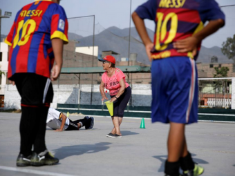 Poveste fascinanta! Cel mai batran antrenor de fotbal din lume e o femeie de 92 de ani:  Am facut 1000 de copii fotbalisti. Imi doresc sa mor pe terenul de fotbal!