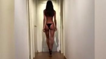 Dani Alves e in filmul lui! :) Ce si-a pus iubita sa faca in timp ce o filma imbracata asa VIDEO