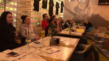 E plin Facebook-ul de patrioti! :) Doar 3 suporteri din 153 anuntati au mers sa vada meciul alaturi de Paula Ungureanu si Iulia Curea intr-un bar din Bucuresti