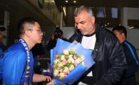 FOTO Olaroiu, primit ca o supervedeta in China! Chinezii l-au asteptat cu flori pe antrenorul chemat sa-i salvez