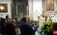 Religia: fotbal! Un preot din Napoli a inceput sa cante ca in peluza la slujba de Paste! Toata lumea in picioare VIDEO
