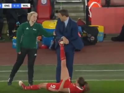 """""""Ia domnule mana de pe ea!"""" :) Arbitrul i-a interzis lui Phil Neville sa mai atinga jucatoarea VIDEO"""
