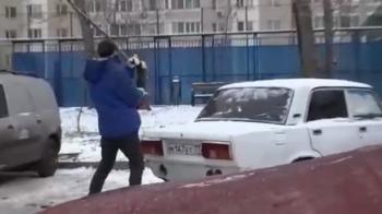 Metoda socanta prin care acest barbat isi deblocheaza locul de parcare! Nu incercati asa ceva acasa :))