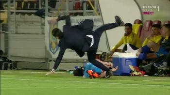 HOPA MiDICA | Antrenorul FCSB, facut KO de Man pe marginea terenului! FOTO