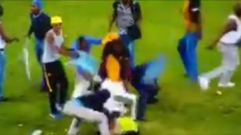 VIDEO   IMAGINI GREU DE PRIVIT! Fanii sud africani si-au iesit din minti! Un steward a fost pus la pamant