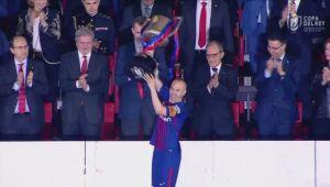 Gestul care arata clasa lui Messi! Ce i-a spus lui Iniesta, in momentul in care jucatorii Barcelonei au fost chemati sa ridice Cupa