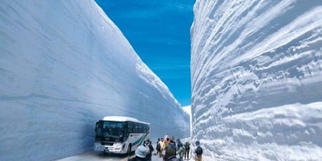 Pereţi de zăpadă de 17 metri înălţime. Locul unde turiştii îşi doresc să ajungă vara. VIDEO