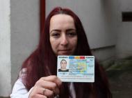 Tanara care s-a luptat ani de zile pentru a-si obtine actul de identitate a plecat din tara