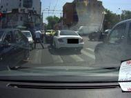 Imagini socante in Bucuresti: un sofer se da jos si sparge geamul unui Logan