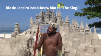 N-a vrut sa mai plateasca chirie si s-a mutat intr-un CASTEL DE NISIP! Povestea incredibila a barbatului care locuieste de 22 de ani pe o plaja din Rio