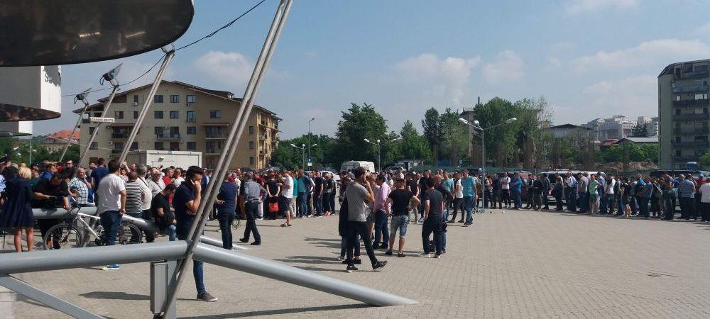 """Scandal pe bilete la Craiova: """"Hotii! Hotii!"""" Organizatorii, depasiti de cererea imensa. FOTO"""