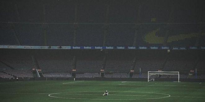 Fara cuvinte! Adio, Camp Nou! Iniesta a ramas singur pe stadion, cu luminile stinse. Ce poza!