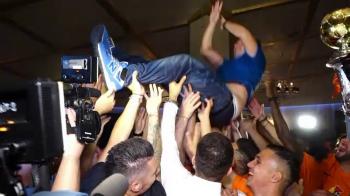 """""""CAMPIONII, CAMPIONII!"""" Jucatorii l-au aruncat in aer pe Dan Petrescu! Imagini de la petrecerea de titlu a CFR! VIDEO"""