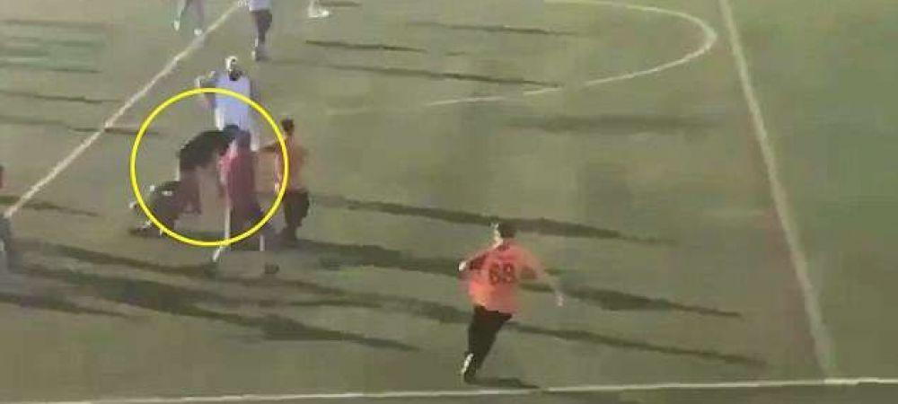 Imagini SOCANTE intr-un meci de la Londra! Jucatorii ambelor echipe l-au lovit cu pumnii si picioarele pe arbitrul partidei! Ce s-a intamplat