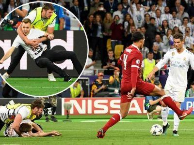 Un FAN l-a oprit pe Cristiano Ronaldo sa inscrie! Moment IREAL in finala Champions League. Ce facea Cristiano cand un suporter se indrepta spre el