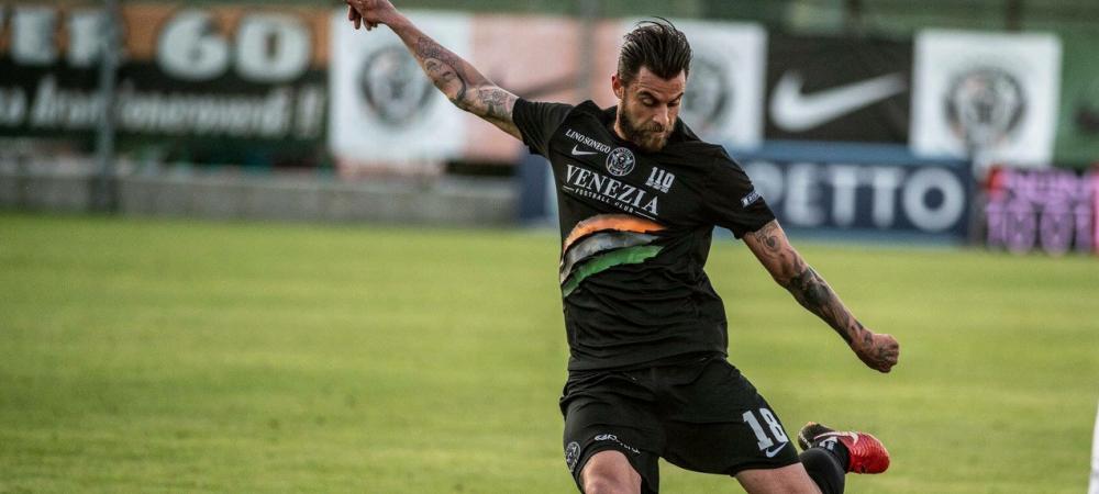 Inca un roman e aproape de Serie A! E antrenat de o SUPER LEGENDA din fotbal