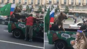 CM 2018 | Rusii PLIMBA URSUL! L-au pus sa sufle in vuvuzela si sa faca un gest controversat! VIDEO
