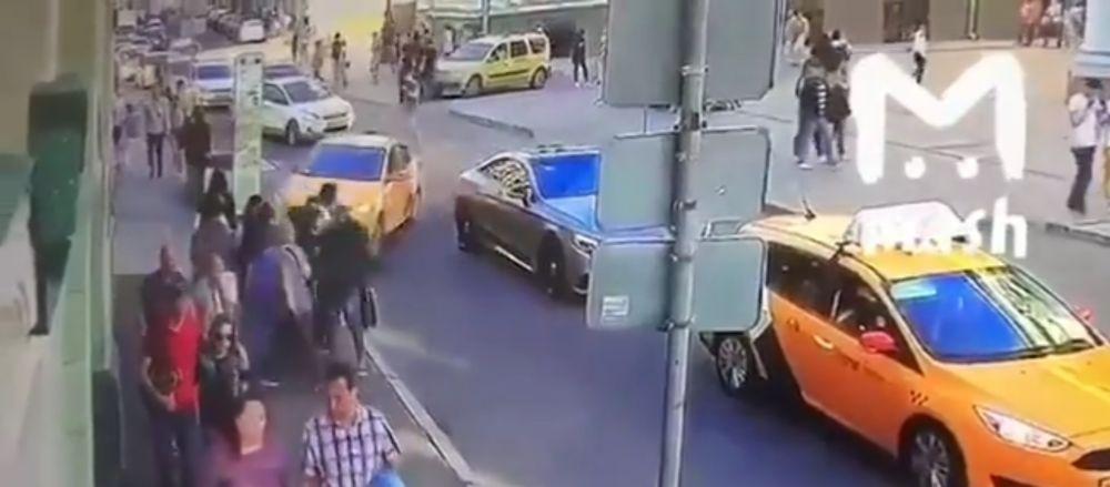 O masina a intrat intr-un grup de suporteri de la Cupa Mondiala! 8 raniti   VIDEO SOCANT
