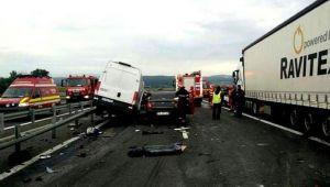 Imaginile accidentului ingrozitor de pe A1. Momentul in care soferul vine pe contrasens si izbeste duba