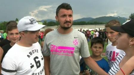 FOTO   Budescu si  Mbappe  Coman, asaltati de fani la Brasov, dupa amicalul castigat. Budescu, in centrul atentiei