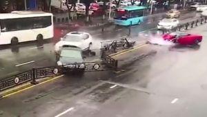 Imagini incredibile dupa ce o femeie a inchiriat un Ferrari! Ce s-a intamplat la cateva secunde dupa ce a iesit pe drum! VIDEO