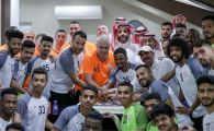 """A venit """"TATA SUMUDICA"""" :) Romanul si stafful sau, primiti cu tort de jucatorii lui Al Shabab: FOTO"""