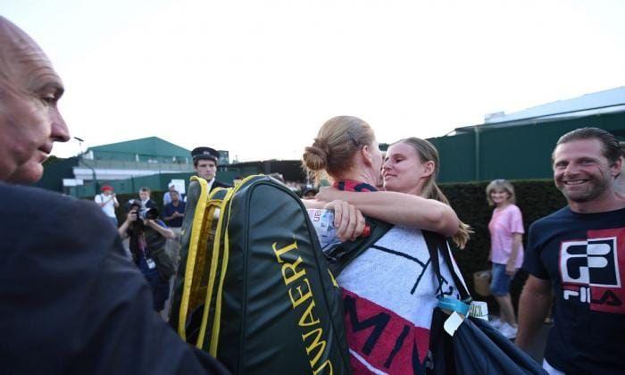 """IMAGINEA ZILEI. Belgianca Van Uytvanck a sarbatorit victoria uriasa impotriva Muguruzei cu partenera sa: """"Nu ma ascund si nu sunt bolnava"""""""