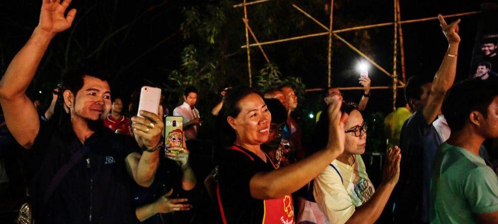 """Sfarsitul calvarului! """"Mistretii sunt in siguranta"""". Cei 12 copii blocati de 17 zile intr-o pestera din Thailanda au fost scosi la suprafata alaturi de antrenorul lor"""