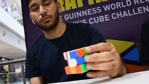 Record incredibil! A rezolvat 2.474 de cuburi Rubik in doar 24 de ore, cu o singura mana!