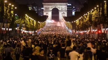 Franta, in finala Cupei Mondiale! Zeci de mii de oameni au petrecut la Paris! Incidente cu jandarmii! VIDEO