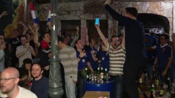 """Am venit aici sa vizitez Budapesta!"" Francezii au sarbatorit in Centrul Vechi calificarea in finala! Un fan a purtat tricou cu Dica"