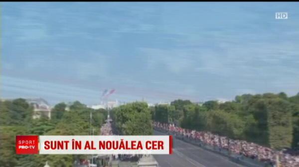 Ca-n filmele cu Le Gendarme :) Moment haios la defilarea de ziua nationala a Frantei: doi politisti pe motociclete au facut accident