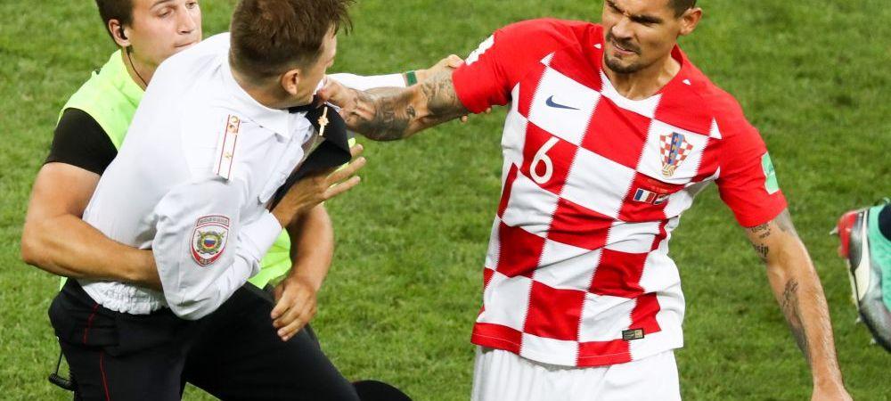 FOTO | IMAGINILE FINALEI: prima bresa de securitate a aparut chiar in finala Mondialului! Lovren a sarit la bataie: a lovit cu pumnul unul dintre fanii intrati pe teren