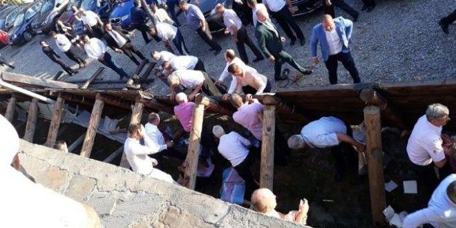 18 oameni au ajuns de la nunta la spital, dupa ce au cazut de la cativa metri inaltime