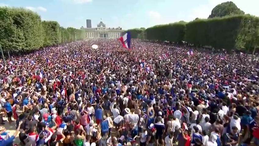 LIVE: Sarbatoare de vis la Paris! Nationala Frantei, asteptata in strada de sute de mii de fani