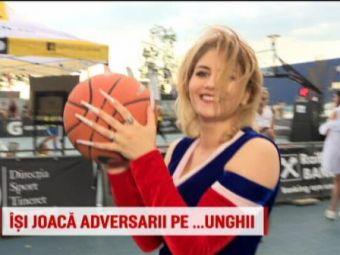 Majoreta cu cele mai lungi unghii din sport face spectacol cu mingea de baschet // VIDEO