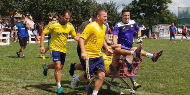 Romania, 2018. Jucator accidentat scos cu CARUCIORUL de cumparaturi de pe teren! VIDEO :))