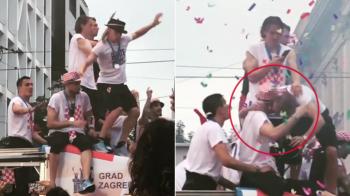 Reflex de portar! Moment incredibil la petrecerea croatilor de la Zagreb: Vida era sa cada sub autocar, Subasic l-a prins. VIDEO