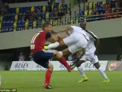 HORROR! Cea mai dura intrare din istoria fotbalului!? A lovit ca in wrestling si a primit rosu in 2 secunde! VIDEO
